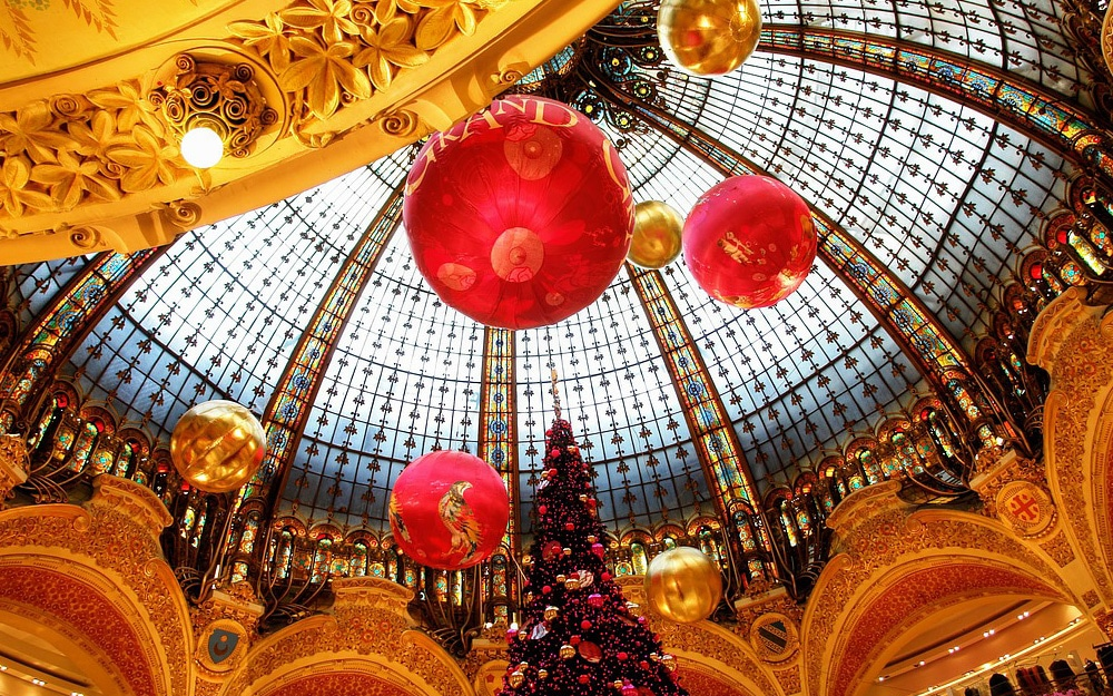 Family Christmas holiday article in Paris