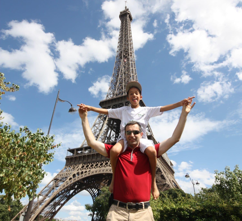 famille devant la tour Eiffel lors d'un week-end à Paris