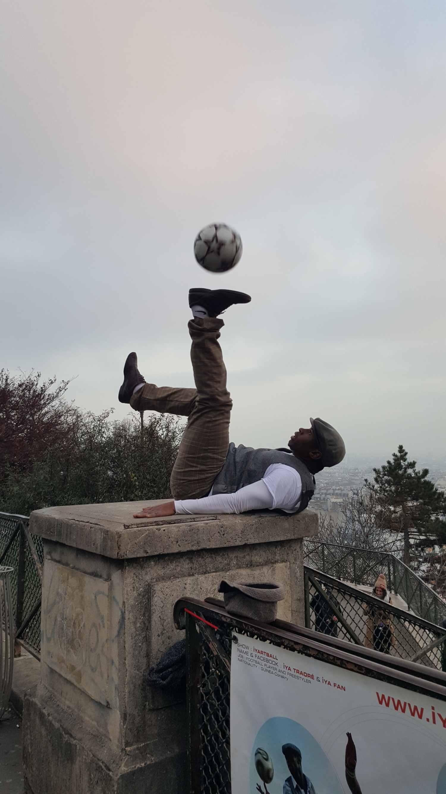 Footballeur devant Montmartre Paris