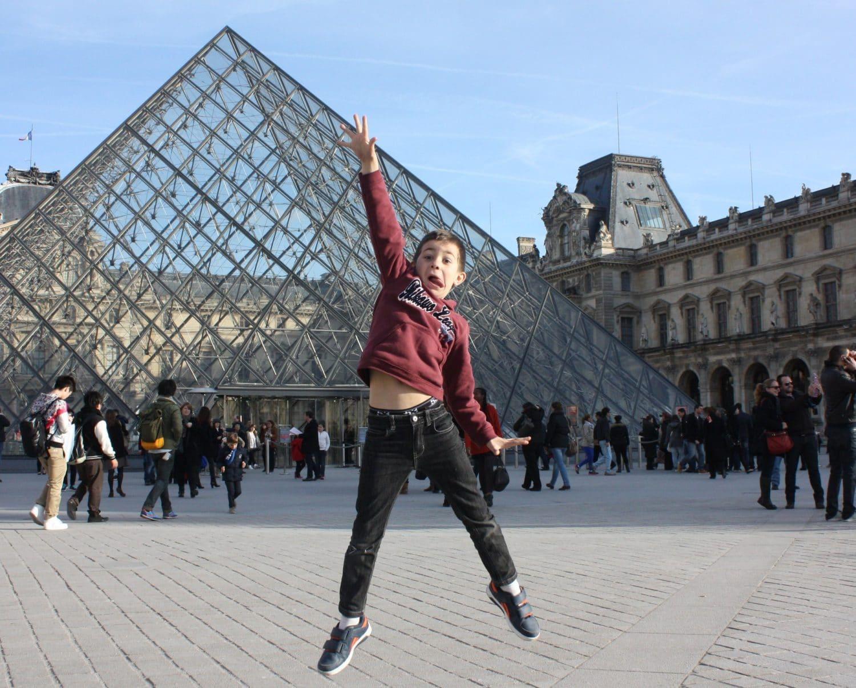 Enfant devant Pyramide du Louvre