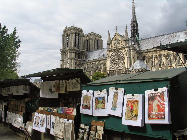 bouquinistes devant la cathedrale Notre dame de Paris
