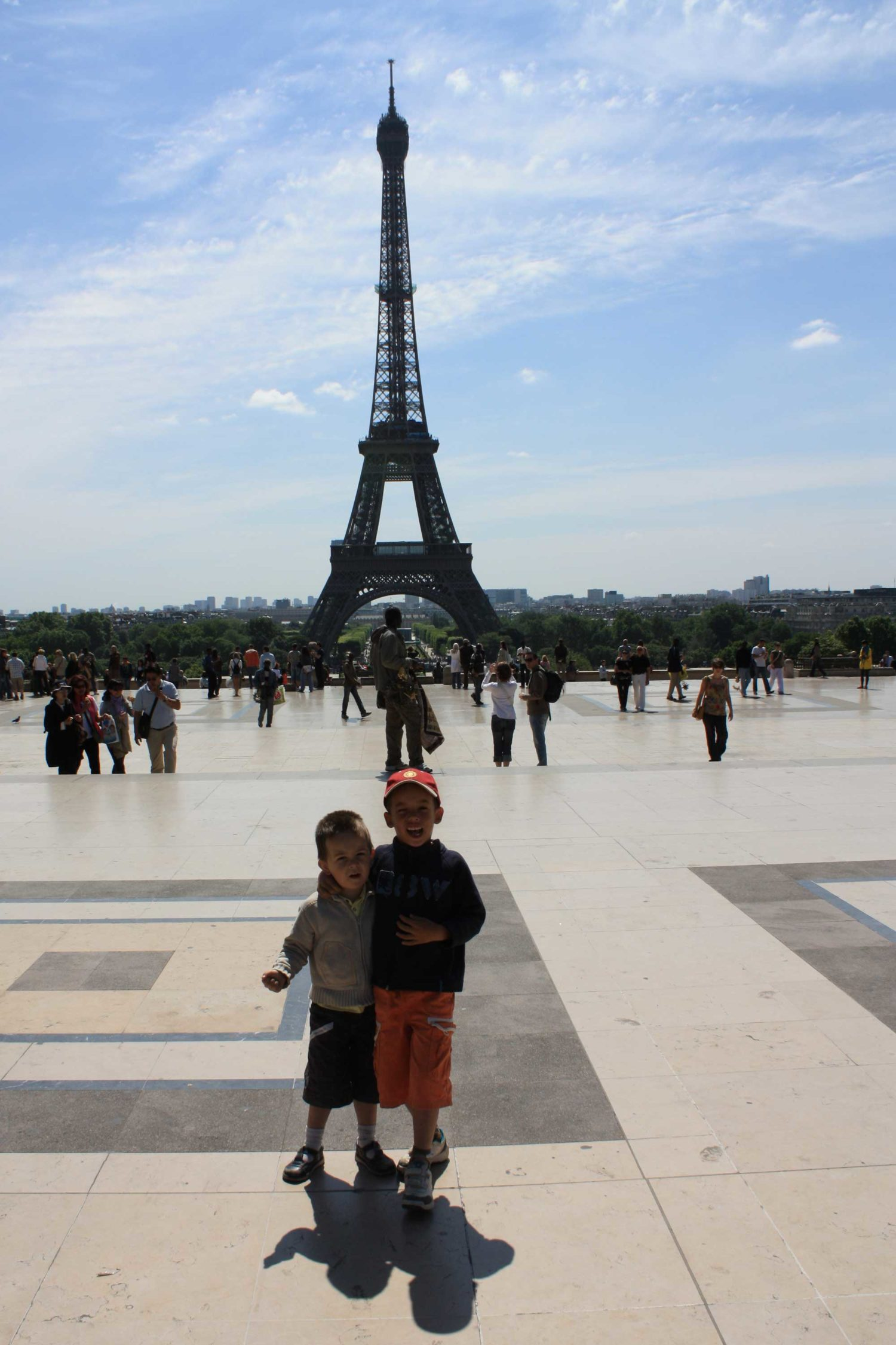 Enfants devant la Tour Eiffel à Paris