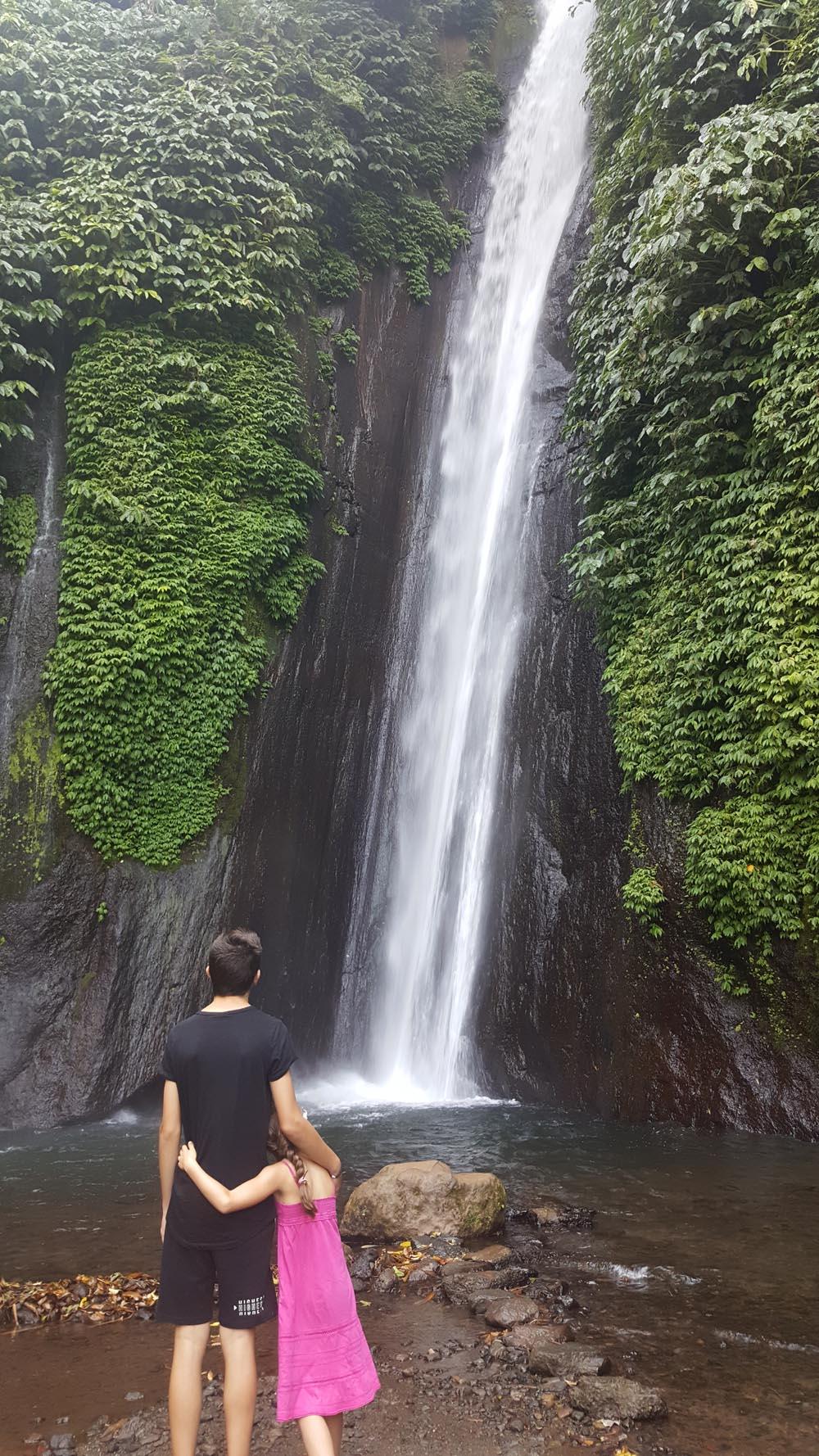enfants devant cascade à Bali