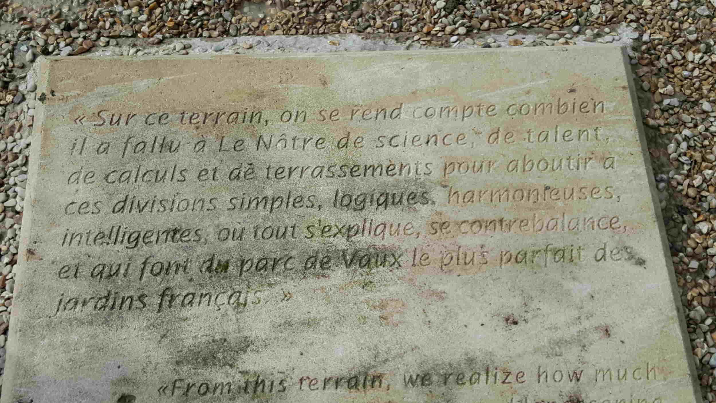 Plaque dans le jardin de Vaux le Vicomte