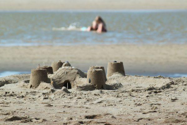 vacances à la plage en famille château de sable