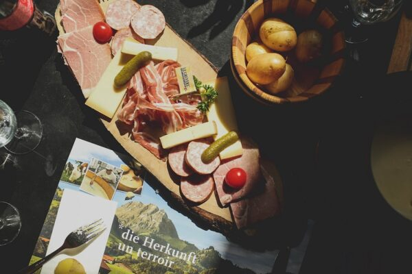 Partir à la montagne l'été - spécialités culinaires comme la raclette