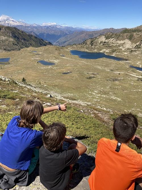 Groupe de jeunes à la montagne