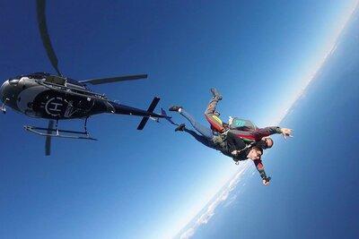 Idées de cadeaux originaux pour des mariés - saut en parachute à faire à deux